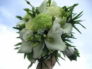 handgebonden boeket witte calla, roos, viburnum