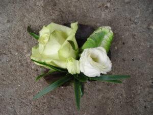 corsage met witte roos en lisianthus
